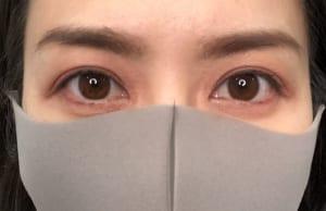 実際に肌に乗せるとこのように仕上がります。肌色を鮮やかにしたような色味を選ぶことで、目元だけでも顔色が良く健康的に見える効果があります