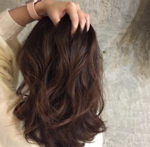 流行りの髪色で艶感や血色をプラス!?人気のヘアカラー
