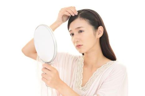 なぜ分け目に白髪が多いの?白髪を増やさないためにできること