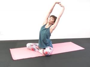 吸う息で両手の平を天井方向に向け、大きく腕を左右にゆらしながら上半身を気持ちよく伸ばしましょう