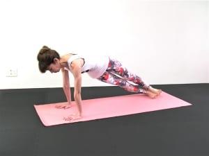 両かかとをつけて膝を閉じたら、「右かかとを床につける」「左かかとを床につける」と交互に動作を繰り返します。その時、腰が落ちないように手のひらで床を押す感覚と、かかとで床を押す感覚を確認してください