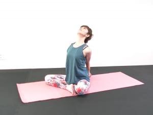 そのまま両手を解き、両手を腰の後ろで組みなおします。両肘を近づけて肩甲骨を背骨に引寄せ、胸を開きます。吐く息であごを軽く引き、肩を下げて首の後ろをストレッチしましょう