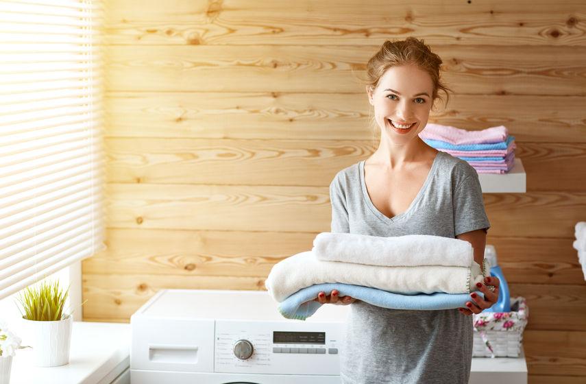 タオルをもつ女性