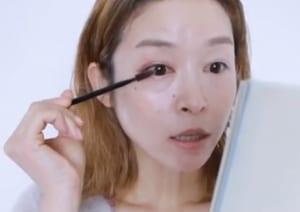 スクリューブラシでまつ毛を放射状にとかしたら、まつ毛の根本から放射状にとかすようにマスカラを塗ります。まつ毛を放射状にすることで目幅が広がって見えるので、目力がアップします