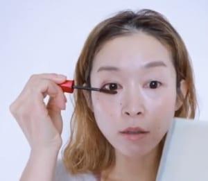 さらに、黒目の上下だけマスカラを重ね塗りすれば、縦長効果がプラスされて横長をカバーすることができます