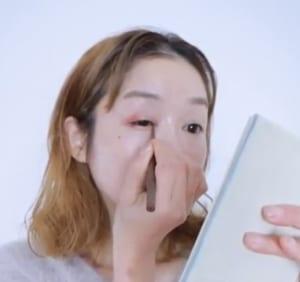 まつげとまつげの間を埋めるようにアイラインを引いたら、目頭にも少しだけラインを引きます。この「目頭切開ライン」によって目と目の幅が狭まり、横幅をカバーします