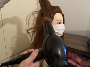 乾かし方は簡単です。放射線状に下からドライヤーをあて、根元が立ち上がるように髪を上に軽く持ち上げながら乾かします