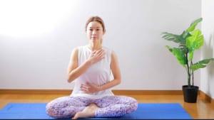 姿勢を改善してバストアップ!美バストを作るヨガ&呼吸法