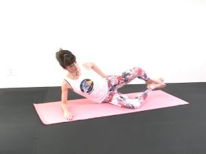 そのままゆっくり左膝をはなして左側のお尻にギューッと力が入ったと感じるまで膝を開き、ゆっくり膝を元の位置に戻します。10回を目安にこの動作を繰り返しましょう