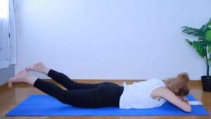 上げられる高さまで足をマットから浮かせ、腰幅程度に脚を開きます。お腹と骨盤でマットを押すようにすると足が上がりやすいです