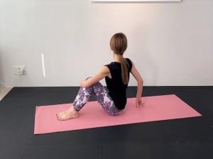 吸う息とともに、坐骨で床を押すようにして背骨を長く伸ばし、吐く息でゆっくりと右側に上体をねじります。そのまま息を吸って、つむじを天井方向に伸ばすようなイメージを意識してください。この状態で5呼吸キープします