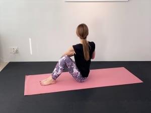 左肘が膝の外側につけられる人は胸の前で手の平を合わせ、5呼吸キープしてねじりを深めます。この時、「膝がかかとよりも外側に倒れない」「膝同士がはなれない」「背中を丸くしない」といったことに注意してください