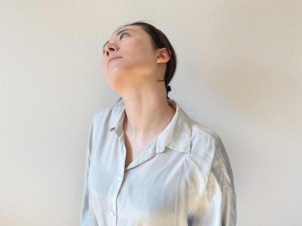 首を横に傾け、そのまま後ろに倒します。首の前部分がしっかりと伸びているのを感じればOKです