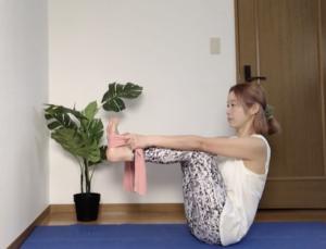 すねが床と平行になるところでキープしてください。タオルやベルトを短めにもつとポーズが安定しやすく、体側も伸びやすいですよ