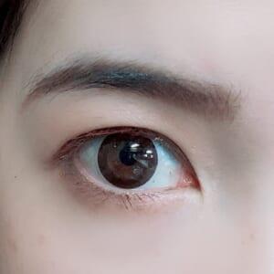 眉とまぶたをブラウンにした場合、やはりどこか重く老け見えしてしまいます