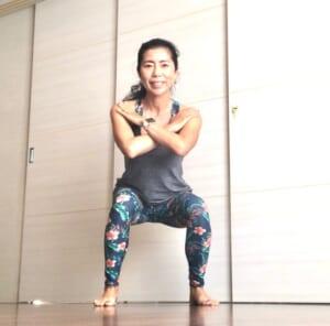 息を吸いながら、お尻を後ろに引くようにして膝を曲げます(できれば、太ももと床が平行になる程度まで膝を曲げてください)。顔は正面に向けて、目線は遠くを見るようにしましょう
