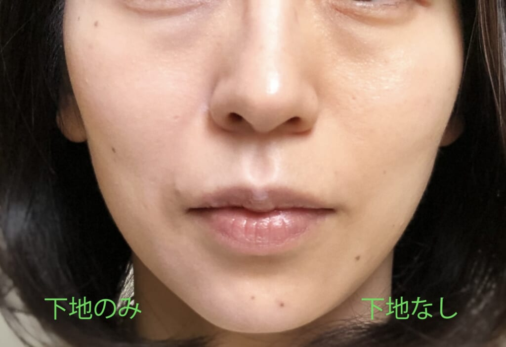 顔の左側だけに下地をつけている画像です。下地をつけることで、肌色全体の黄ぐすみ感が消え、柔らかい印象に仕上がっています
