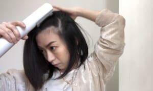 しっかりと湿らせた根元を立ち上げて乾かします。画像のように、毛流れを逆さにし(左側の髪は右へ、右の髪は左へ)、根元が乾くまでとかします。