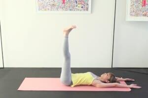 さらに、両足を天井方向に伸ばし、両手を頭の先に伸ばします。この時、腰が反り過ぎないように注意してください。腰と床との間に手のひら1枚分以上の隙間ができてしまうと腰を痛める原因につながるのでNGです