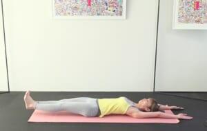 一度息を吸って、吐く息で両かかとを床ギリギリまでおろします。吸う息で元の位置まで戻し、吐く息で床ギリギリまでおろすという動作を3回づつ繰り返しましょう。慣れてきたら1セットから徐々に回数を増やし、5回を目標にチャレンジしてみてください