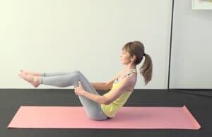 そのまま両脚を床からはなし、つま先を正面に伸ばすイメージでバランスをキープします