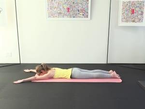 床にうつ伏せになり、恥骨(ちこつ)とあばらを床につけます。両脚をゆらしながら、脚の付け根(鼠蹊部:そけいぶ)からつま先を遠くはなすようにして、身体の前側を伸ばします