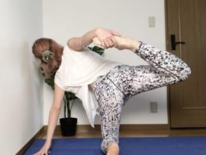 (3)で十分にハムストリングスをストレッチできたら、ゆっくりとした呼吸と共に左のかかとをおしりからはなします。右手と右足で引っ張り合いながら、3呼吸ほどポーズをキープしてください