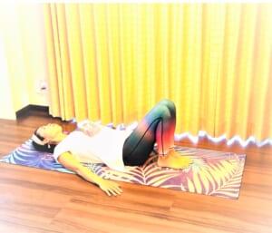 仰向けになり膝を立てます。両手でかかとが触れるくらいの位置に足をセットします。できれば、足を閉じた状態が理想です。両手は横に置いて、上半身が動かないようにしてください