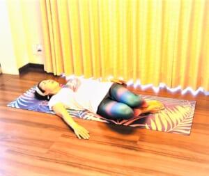 息を吸って吐きながらゴロンと腰を横に倒し、息を吸いながら腰を戻します。息を吐きながら今度は反対方向に腰をゴロンと倒します