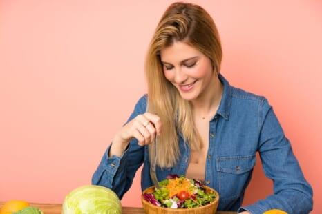 サラダにちょい足しで更年期のお悩みを緩和する食材5つ