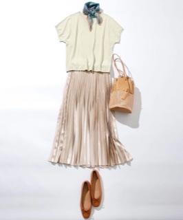 シャイニー素材のスカートでトレンド感を