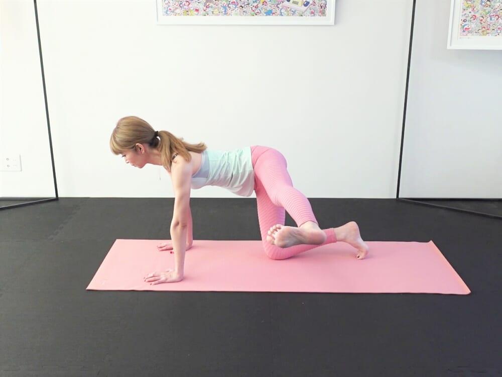 6回目で脚を真横に伸ばして5秒キープします。手の平で床を真下に押して背中や腰を真上に押し上げる意識で体幹を使い、状態をキープしてください。