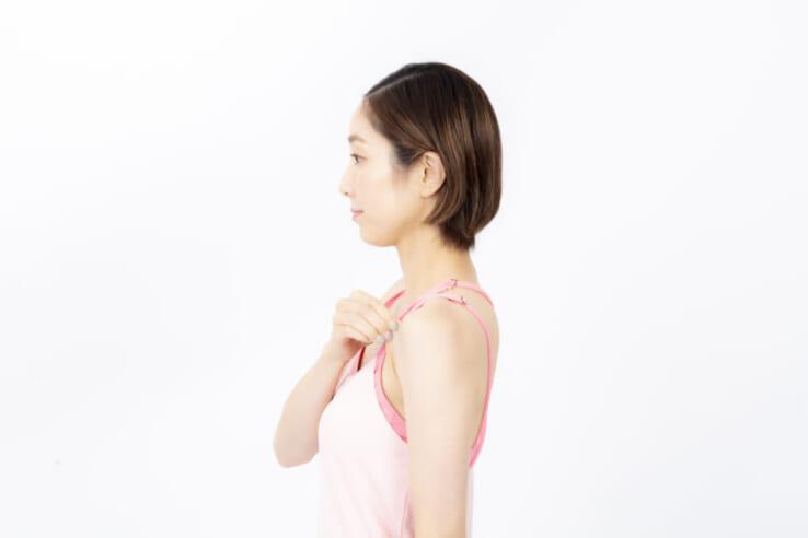 右手で左胸の鎖骨下あたりの皮膚を縦につまみ、上に軽く引っ張ります。リュックを背負った時に肩ひもがあたるところを目安にしてください