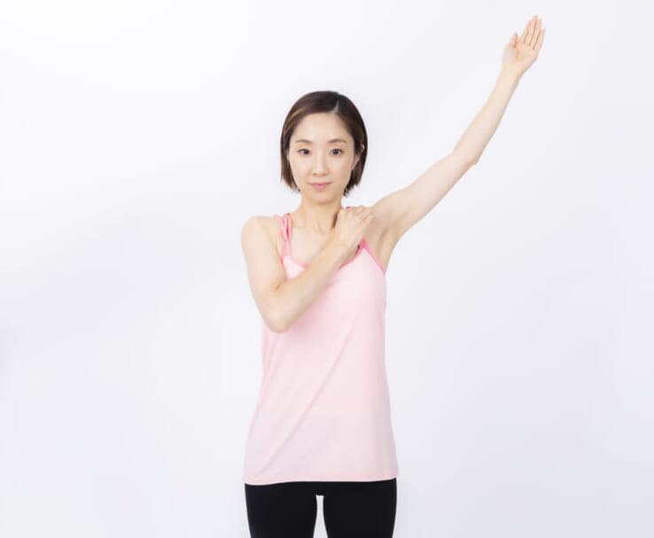 皮膚をつまんだまま左腕を上げて、息を吸いながら後ろに3~5回ゆっくりまわします。まわしている時に肩が引っかかるような感覚があれば、その部分で改めて息を吸います