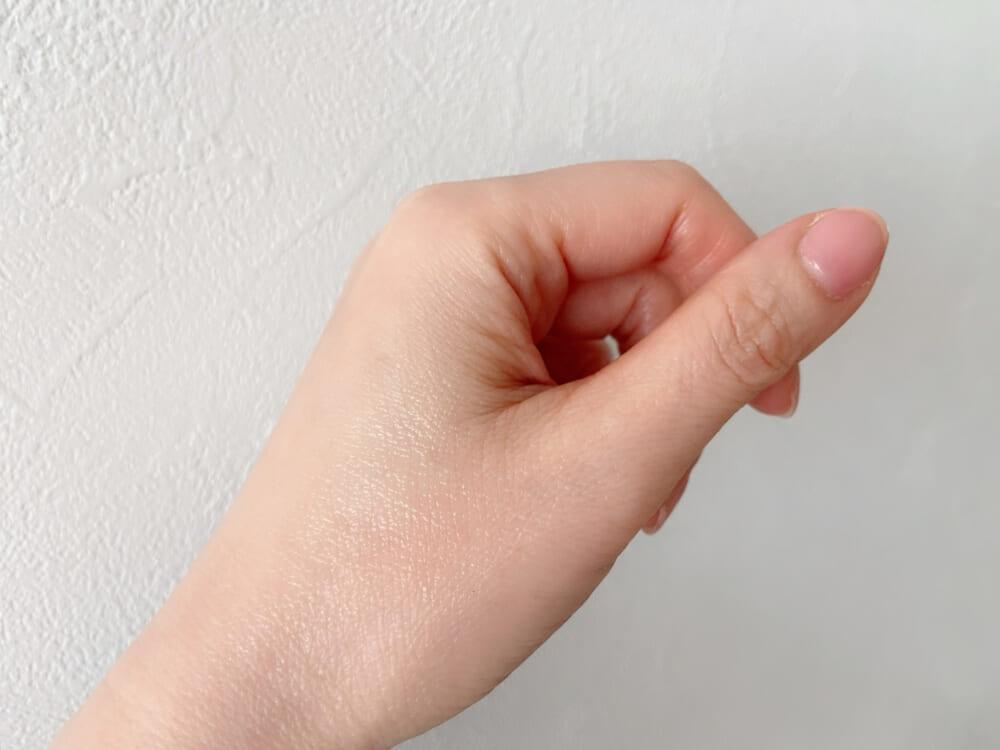 使うタイミングは、洗顔後すぐ。洗顔→リフトアップセラム→化粧水→乳液等の順番です。筆者は眉間のあたりが乾燥しやすいため、数回重ね塗りをして保湿しています