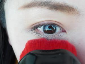 フェイスパウダーを目元に塗る時は、密度の高いブラシが活躍します。パフよりも薄づきでありながら、狙ったところにしっかりとつくので、適度な仕上がりが叶います