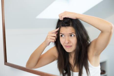 外出前に秒でできる!伸びてきた白髪を隠す簡単カバー術5選