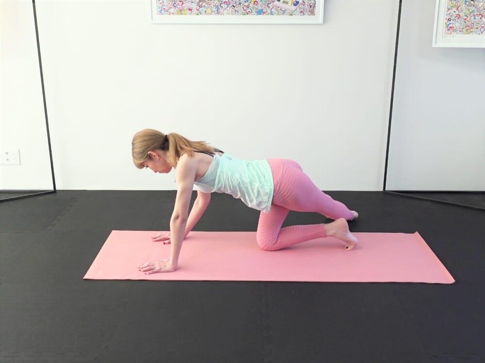 そのまま斜め右側に脚を伸ばしてかかとを横に倒し、太もも外側と臀部をストレッチします