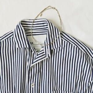 シャツ×華奢なシルバーネックレス