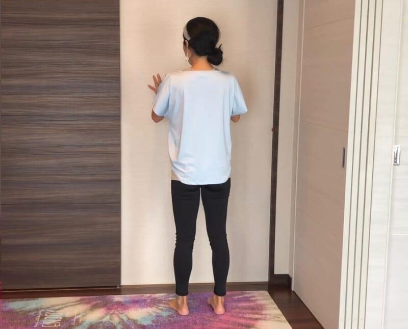 足を腰幅程度に開きます。背筋を伸ばして、お腹に力を入れて立ちましょう