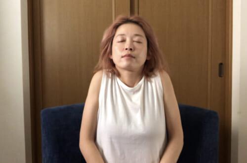 吸う息とともに肩をゆっくり上げて首と肩の距離を狭め、ポーズを3秒ほどキープしましょう。吐く息に合わせて、肩をストンと落とします。この動きを2回行いましょう