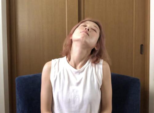 首を左まわし、右まわしと1回ずつ回します。呼吸に合わせてゆっくりと行いましょう