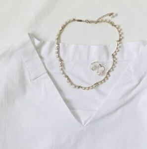 白のVネックトップス×パールのネックレス&イヤリング
