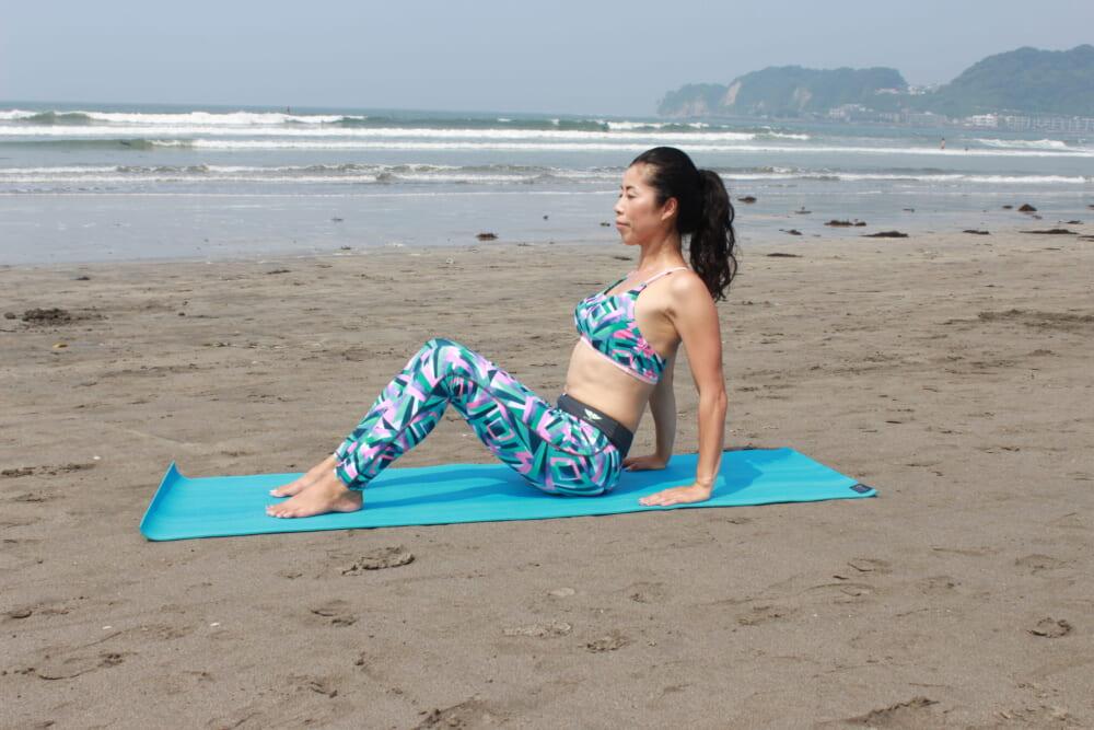 膝を立てて座り(足幅は腰幅くらい)、両腕は肩の下の位置に置きます。指先は、前に向けましょう。お腹に力を入れて背筋を伸ばし、肩があがらないように首を長く保つイメージです