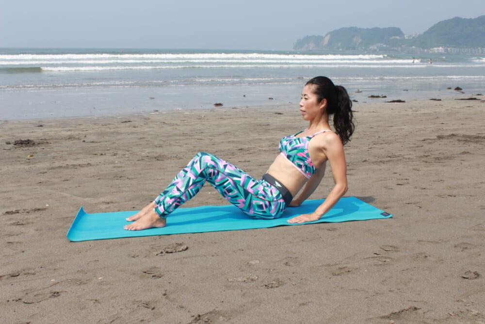 息を吸いながら身体を後ろに倒し、息を吐きながら元の位置に戻ります。戻る時に肘がカクンとならないようにコントロールしながら動かしましょう。使っている二の腕を意識しながら、10〜15回×3セット行ってみてください