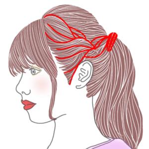 片方の編み込みをした後は毛束を引き出してほぐし、ゆるふわに仕上げます。編み込んだ毛束の毛先をポニーテールのゴムに巻き付けて、スモールピンで毛先を留めましょう。反対側も編み込み、同様に行ってください