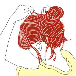 お団子部分や髪の表面部分の毛束を細かく引き出します。親指と人差し指の爪で引き出すと、細かく引き出しやすいです