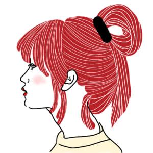 後れ毛を出したら、高い位置で小さなお団子を作ります。ヘアゴムで髪をひとつ結びにする途中で輪を作り、毛先を長めに残します