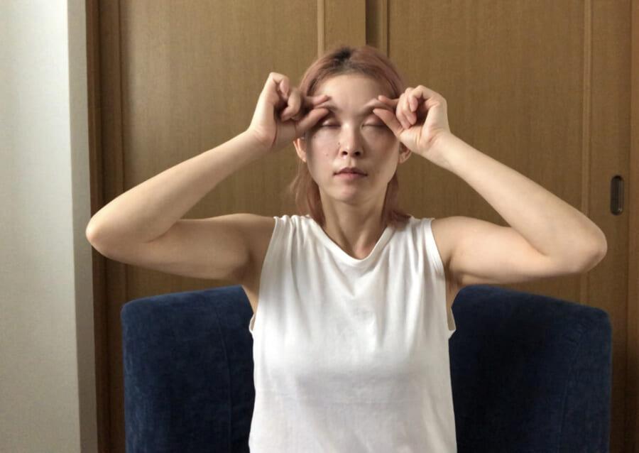 親指と人差し指の2本で眉をつまみます。眉頭から眉尻に向かって、「つまむ」「はなす」を繰り返しましょう。呼吸に合わせて、ゆっくりと指を動かしましょう