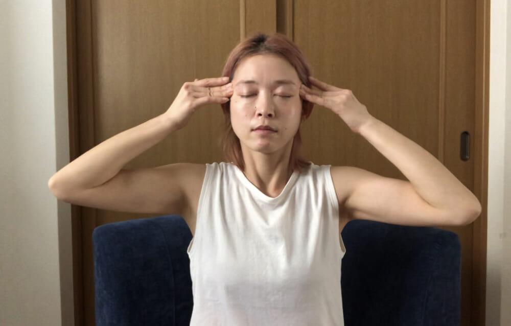 眉を挟むように中指と薬指をあて、眉頭から眉尻に向かってゆっくりとスライドさせます